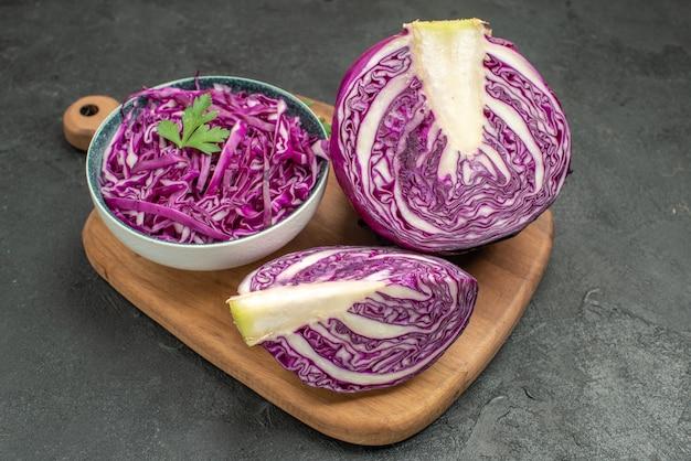 暗いテーブルの熟した健康サラダダイエットの正面図新鮮な赤キャベツ