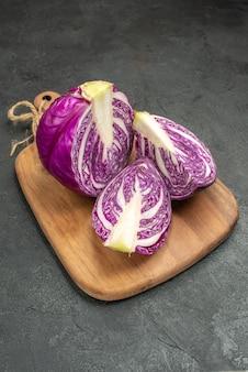 Cavolo rosso fresco di vista frontale affettato su un'insalata dell'alimento di dieta di salute matura del tavolo scuro
