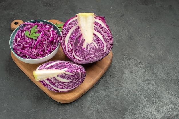 Verdura affettata fresca del cavolo rosso di vista frontale sulla dieta matura dell'insalata di salute della tavola scura