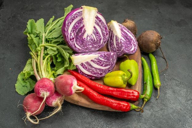 Cavolo rosso fresco di vista frontale con altre verdure sulla salute di dieta dell'insalata della tavola scura matura
