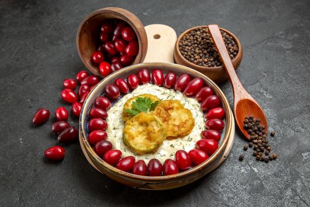 灰色のスペースに調味料と調理されたカボチャと正面図新鮮な赤いハナミズキ