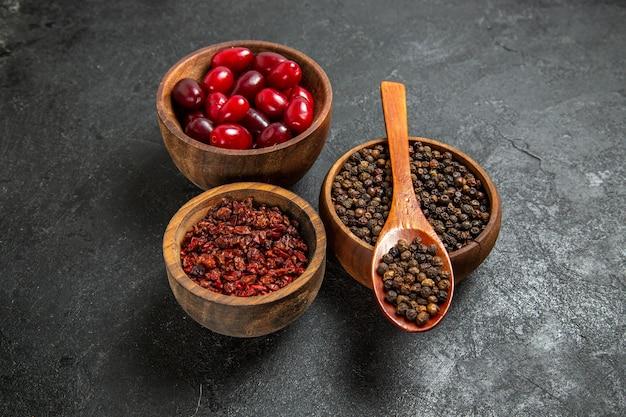 灰色のスペースに調味料と正面図新鮮な赤いハナミズキ
