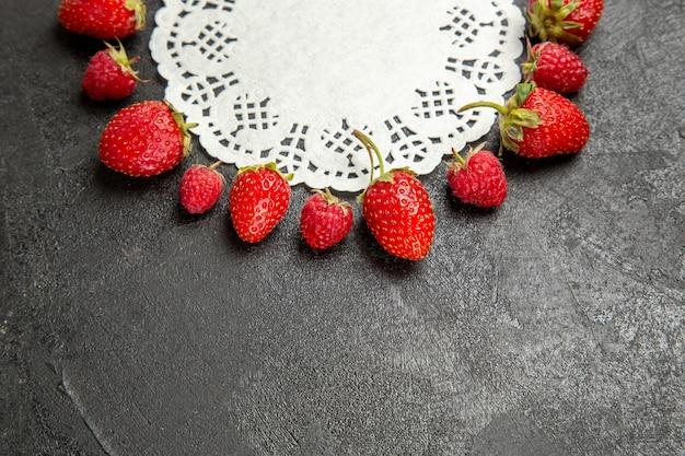 진한 회색 배경에 늘어선 전면보기 신선한 빨간 딸기