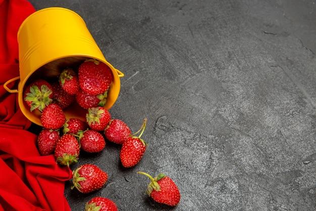 어두운 배경에 전면보기 신선한 빨간 딸기