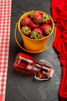회색 배경에 전면보기 신선한 빨간 딸기