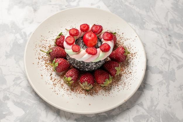正面図明るい白いスペースにケーキと新鮮な赤いイチゴ