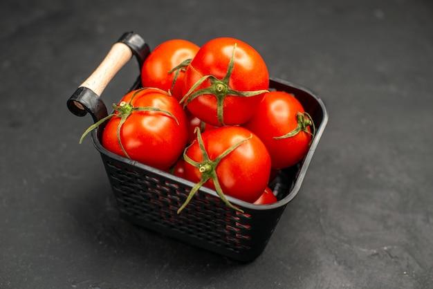 暗い背景のバスケットの中の新鮮な赤いトマトの正面図サラダ野菜熟した色の食事の写真