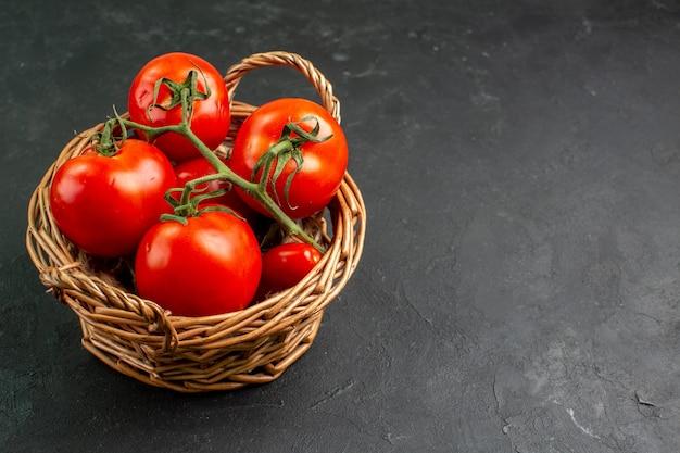 Вид спереди свежие красные помидоры внутри корзины