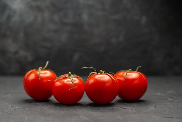 暗い背景に新鮮な赤いトマトの正面図熟した食事のカラー写真のサラダ