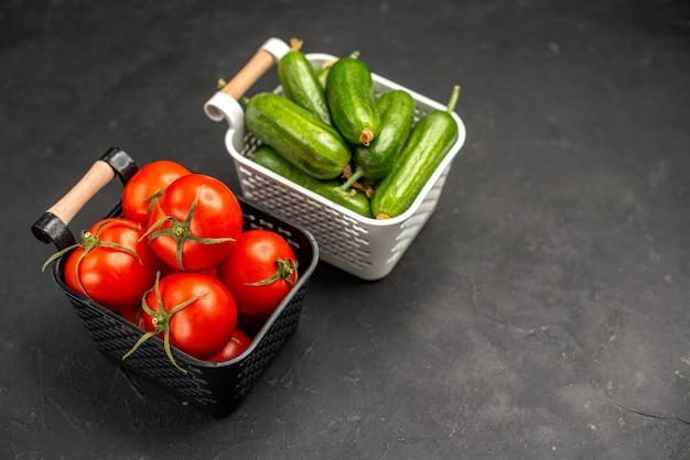 어두운 배경 익은 식사 샐러드 컬러 사진에 바구니 안에 오이를 넣은 신선한 빨간 토마토