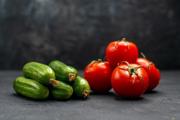 正面図暗い背景にきゅうりと新鮮な赤いトマト熟した食事のカラー写真のサラダ
