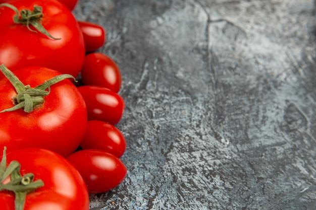 Вид спереди свежие красные помидоры