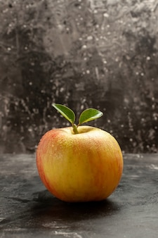 暗いまろやかなジュースの木の写真の色に新鮮な熟したリンゴの正面図