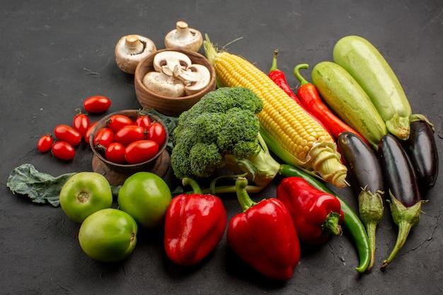 Вид спереди композиция из свежих спелых овощей на темном столе спелого свежего цвета