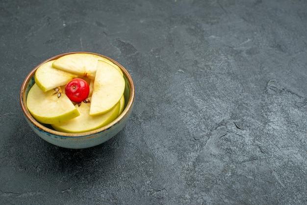 전면 보기 회색 배경에 작은 냄비 안에 신선한 얇게 썬 사과 신선한 과일 부드러운 익은