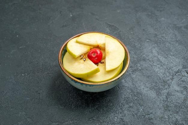 Вид спереди свежие нарезанные яблоки в горшочке на сером фоне свежие фрукты спелые
