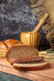 正面図焼きたてのスライスされたパン