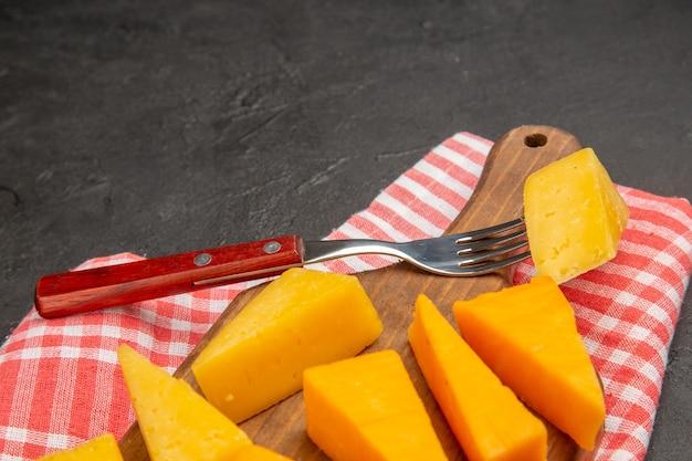 暗い灰色の写真の朝食 cips の色の食品に新鮮なスライス チーズを正面から見た図
