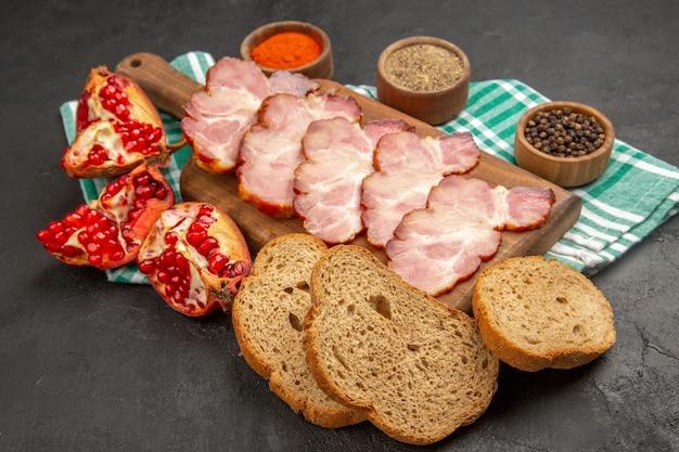 Prosciutto affettato fresco di vista frontale con condimenti su carne cruda di colore fotografico di cibo scuro dark