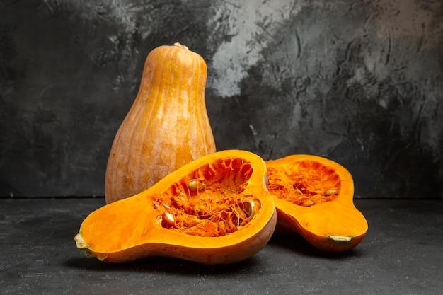 Zucche affettate fresche di vista frontale sulla foto della frutta di colore del tavolo scuro