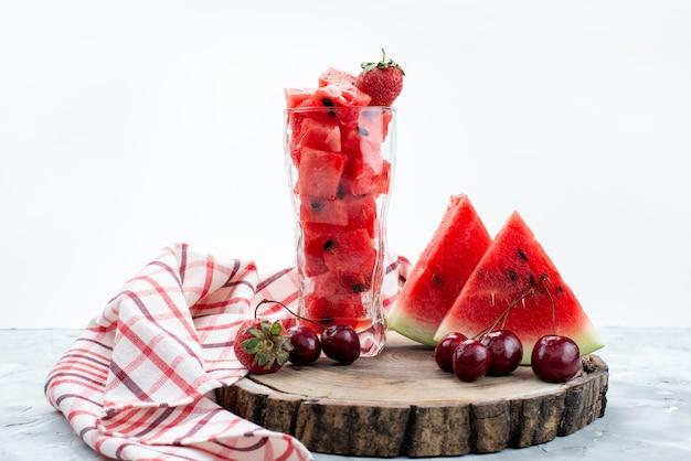 Un'anguria affettata fresca di vista frontale pastosa e dolce con frutta fresca su estate bianca