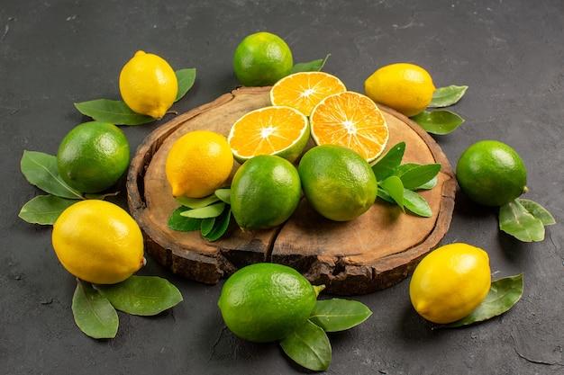 Limoni freschi di vista frontale su sfondo scuro