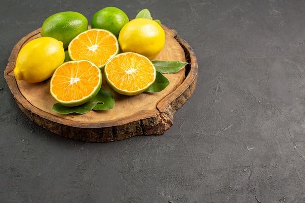 暗い背景の正面図新鮮な酸っぱいレモン