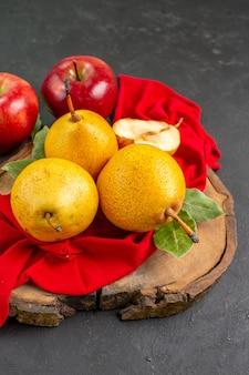 Вид спереди свежие сладкие груши с яблоками на темном столе свежего цвета спелые спелые