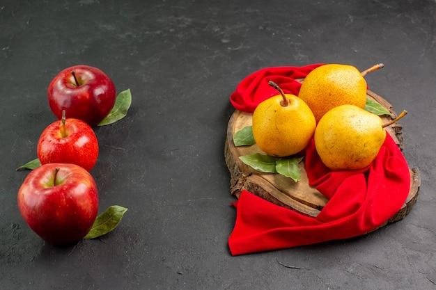 전면 보기 회색 테이블에 사과와 신선한 달콤한 배 빨간색 익은 신선한 부드러운 나무
