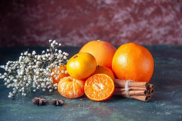 Vista frontale mandarini freschi su sfondo scuro agrumi agrumi succo maturo albero sapore di colore morbido