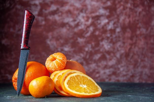 Vista frontale mandarini freschi su sfondo scuro agrumi agrumi succo maturo albero sapore dolce