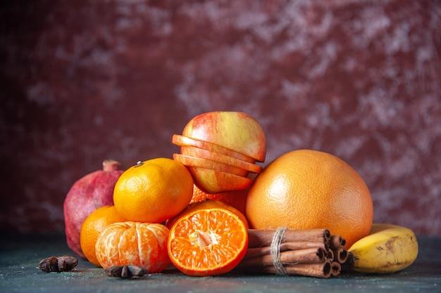 Vista frontale mandarini freschi su sfondo scuro agrumi agrumi albero maturo gusto colore succo