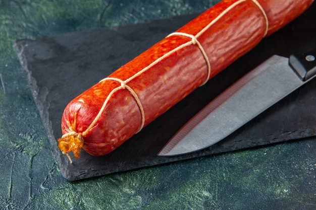 正面図紺色のハンバーガー動物食用色素食用肉サンドイッチの新鮮なおいしいソーセージ