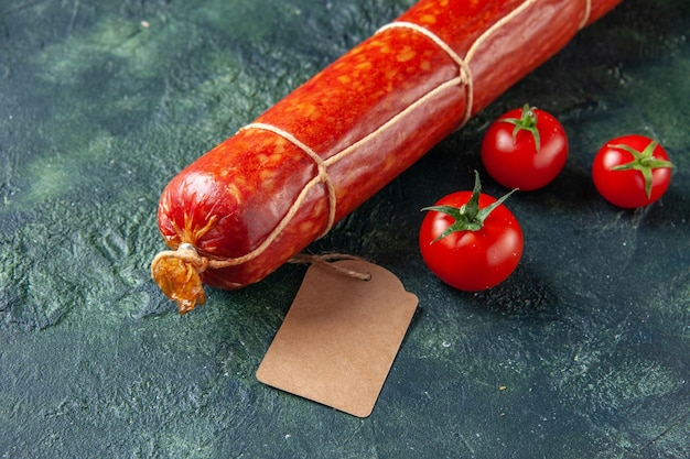 正面図新鮮なおいしいソーセージと赤身のトマトと黒身の肉パンサンドイッチパンカラーフードハンバーガーミールサラダ動物