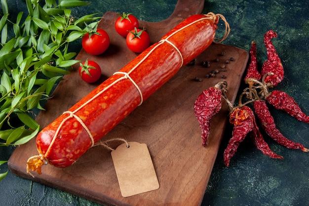 Salsiccia fresca e gustosa vista frontale con pomodori su carne scura di panino con panino di pane hamburger di colore alimentare carne