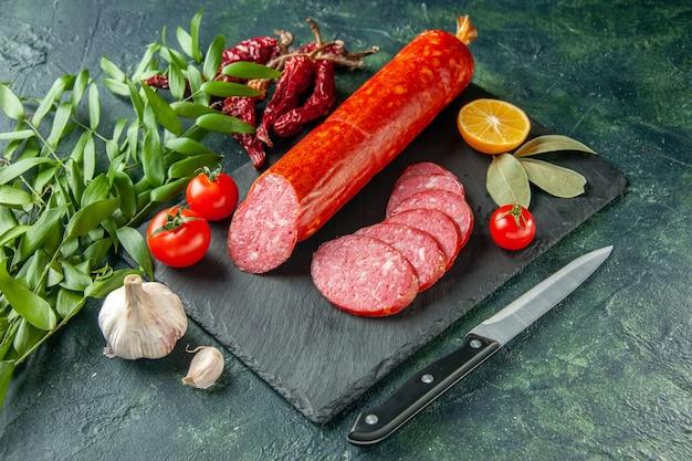 正面図新鮮なおいしいソーセージとトマトの青い肉料理ハンバーガーサンドイッチパンの色