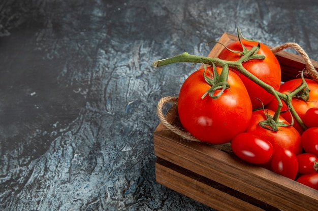 Pomodori freschi di vista frontale con quelli della ciliegia all'interno della scatola