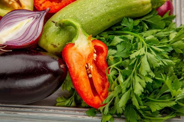 Vista frontale composizione di verdure fresche con verdure su insalata bianca pasto di vita sana foto di verdure mature colore