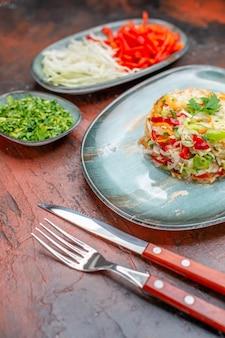 正面図新鮮な野菜のサラダ、グリーンスライスキャベツとピーマンのダークミールダイエット食品健康的な生活のカラー写真