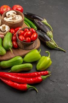 Composizione nella verdura fresca di vista frontale su un'insalata fresca di colore della tavola grigia matura