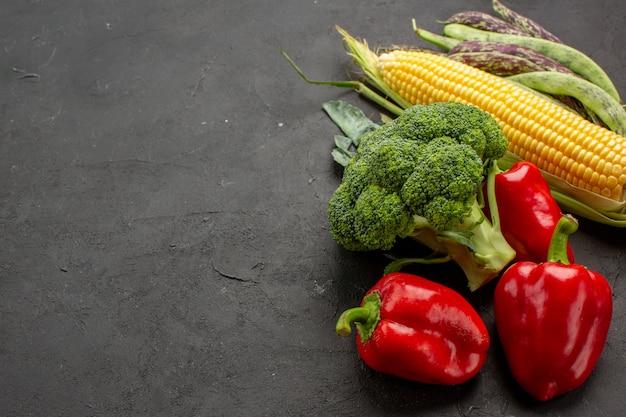 Composizione nella verdura fresca di vista frontale sull'insalata fresca di colore maturo della tavola grigia
