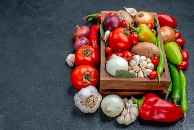 회색 테이블에 있는 전면 보기 신선한 야채 구성 잘 익은 샐러드 신선한 색상