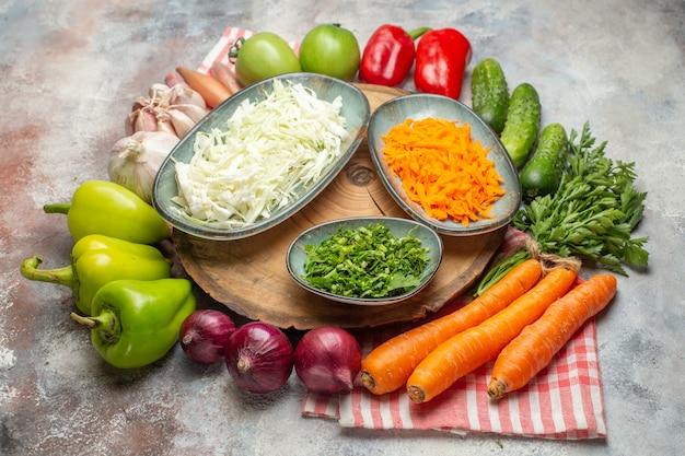 正面図新鮮な野菜の組成スライスと白い背景色の野菜全体熟した健康的な生活ダイエットサラダ