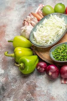 Vista frontale composizione di verdure fresche affettate e verdure intere su sfondo bianco colore sano dieta dieta insalata