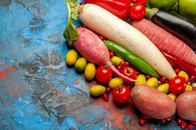 青の背景に新鮮な野菜の正面図熟した食品サラダミール