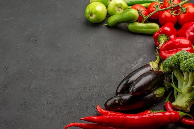 Composizione matura nella verdura fresca di vista frontale sull'insalata matura di colore scuro della tavola fresca