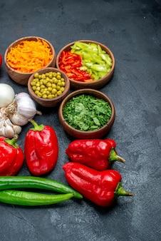 어두운 바닥에 익은 샐러드 야채에 마늘과 콩을 넣은 신선한 야채