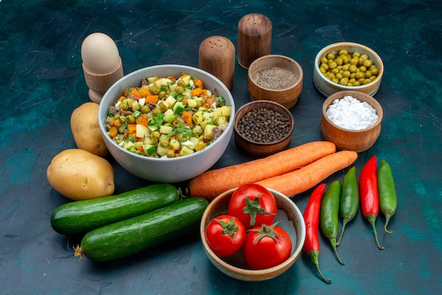 正面図新鮮な野菜と緑と青い机の上の調味料ランチサラダスナック野菜食品