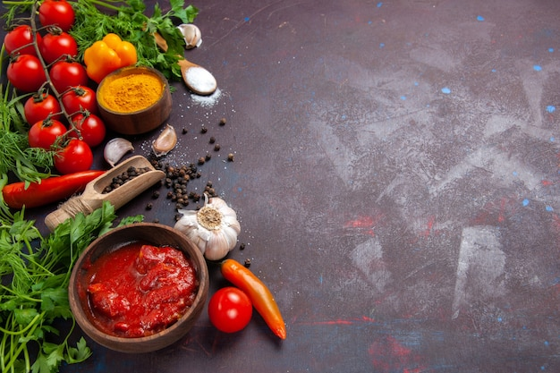 暗い空間に緑と新鮮な野菜の正面図