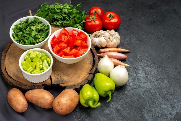 어두운 공간에 채소와 함께 전면보기 신선한 야채
